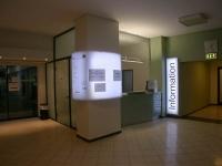 Erste Beleuchtungsprobe für ein mit LED hinterleuchtetes Schild für die Stadtinformation der Stadt Hildesheim