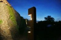 Lichtstelen aus Corten Stahl beleuchten die historische Stadtmauer in Haldensleben