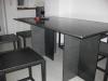 Stahltisch und Stahlhocker in recht puristischem Stil