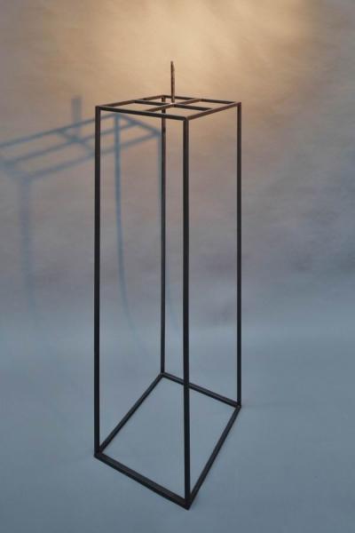 Stahlpodest für eine Steinskulptur