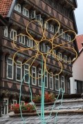 3-4 Meter hohe Blumen auf dem historischen Marktplatz von Hildesheim für das Stadtfest im Juni