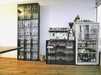 Zeitloses Stahlregal mit Glastüren - Das vielleicht dünnste Regal der Welt
