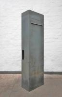 Frei stehender rostiger Briefkasten aus Corten Stahl
