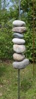Skulptur aus Feldsteinen und Stahl