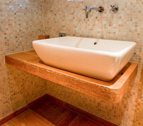 Unterbau aus Naturstein für ein Waschbecken