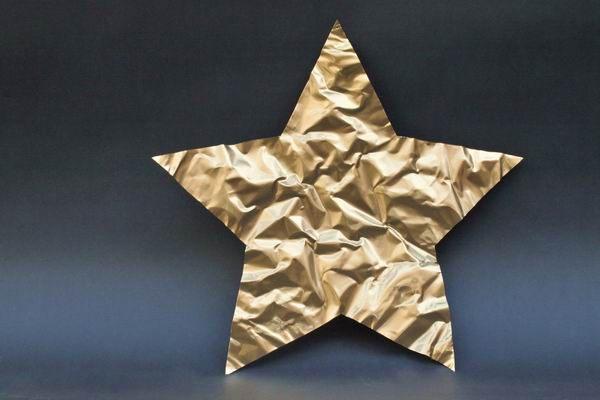Goldene Sterne aus goldfarben lackiertet Kupferfolie