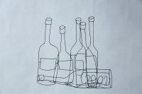 Stillleben mit 5 Weinflaschen und einer Liegenden