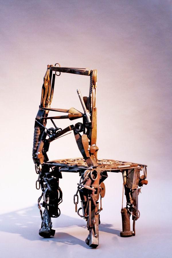 stuhl skulptur aus schrott geschwei t. Black Bedroom Furniture Sets. Home Design Ideas