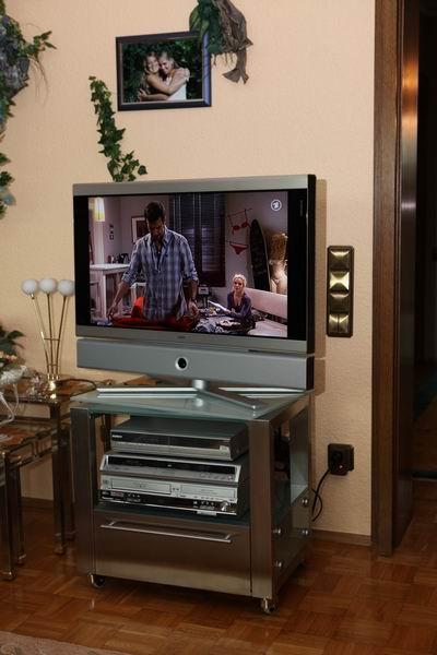 fernsehtisch mit drehbarer glasplatte aus edelstahl. Black Bedroom Furniture Sets. Home Design Ideas