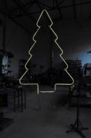 Tannenbaum mit einem LED Lichtschlauch nachgezeichnet