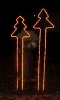 Leuchtende Tannenbäume aus Rundstahl mit Lichtschlauch