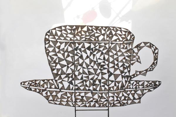 Teetassen Skulptur aus einzelnen Blechstücken gebaut