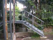 Treppe mit Podest und Geländer aus verzinktem Stahl, Gitterroststufen