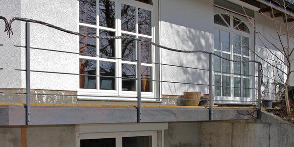 dieses terrassengel nder hat als handlauf ein seil aus kupfer. Black Bedroom Furniture Sets. Home Design Ideas