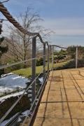 Dieses Terrassengeländer hat als Handlauf ein Seil aus Kupfer