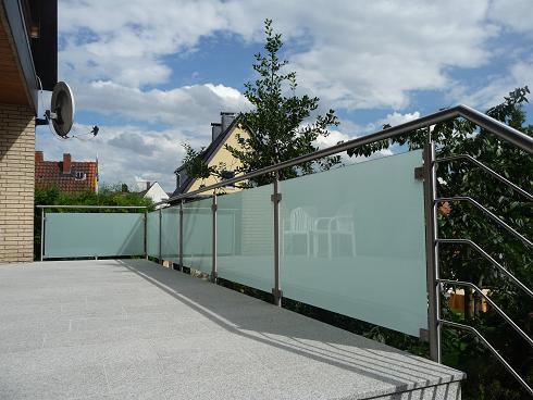 Terrassengeländer aus Edelstahl und satiniertem Glas