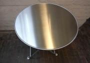 Tisch aus feuerverzinktem Stahl mit einer Edelstahl Tischplatte
