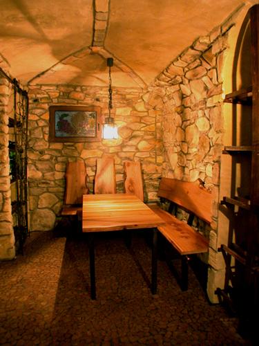 Bänke und Tisch für einen Weinkeller