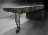 Tischbein aus einem filigranem Bein aus Stahldraht für einen Tisch aus Stein
