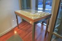 Tischgestell für ein Modell aus geschliffenem Edelstahl