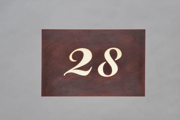 """""""28"""" hinterleuchtete Hausnummer aus Tombak"""