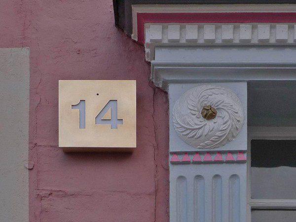 beleuchtete Hausnummer aus Tombak