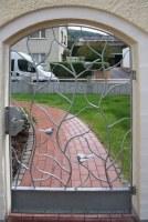 Damit der Hund nicht stiften geht: geschmiedetes Tor aus Stahl, feuerverzinkt  mit Vögeln