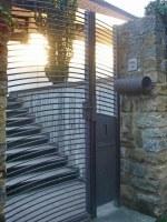 Tor, Zeitungsrolle und Briefkastenanlage aus Stahl, lackiert
