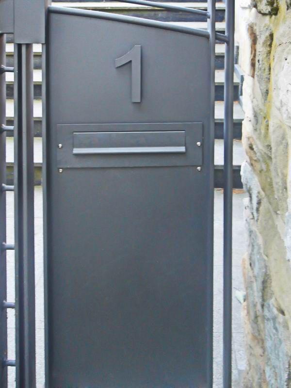 tor zeitungsrolle und briefkastenanlage aus stahl lackiert. Black Bedroom Furniture Sets. Home Design Ideas