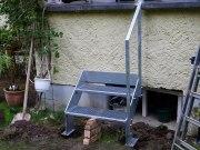 Kleine Gartentreppe aus feuerverzinktem Stahl mit Gitterroststufen