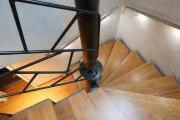 eine astreine Treppe aus gelasertem Stahl und Bambus