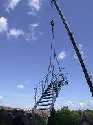 Treppe, Balkongeländer und Brüstungsgeländer aus Edelstahl bei der Montage