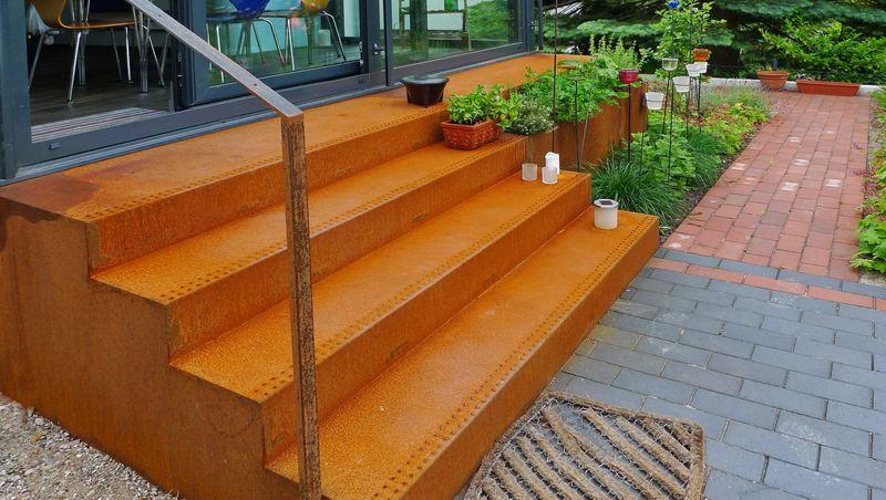 treppe und kr utergarten aus rostigem stahl. Black Bedroom Furniture Sets. Home Design Ideas