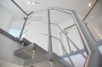 Kombiniertes Treppengeländer aus Edelstahl und Sicherheitsglas