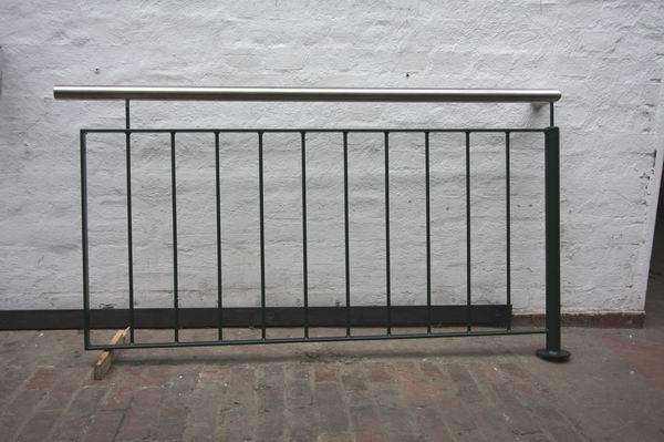 teil eines balkon gel nder aus verzinktem und gr n. Black Bedroom Furniture Sets. Home Design Ideas