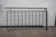 Teil eines Balkon Geländer aus verzinktem und grün lackiertem Stahl