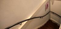 Geschwungener Treppenhandlauf aus verzundertem Stahl