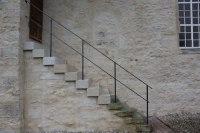 Traditionell gearbeitetes Treppengeländer aus lackiertem Stahl