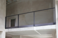 Treppengeländer und Brüstungsgeländer mit einem Estrichwinkel aus verzundertem Flachstahl