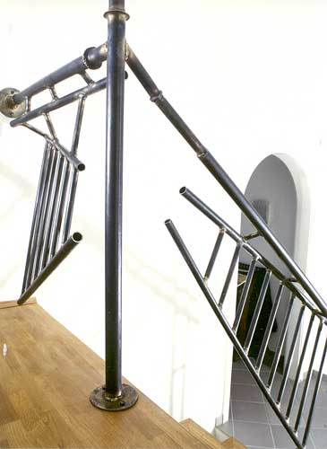 dekonstruktives treppen und br stungsgel nder aus stahl. Black Bedroom Furniture Sets. Home Design Ideas