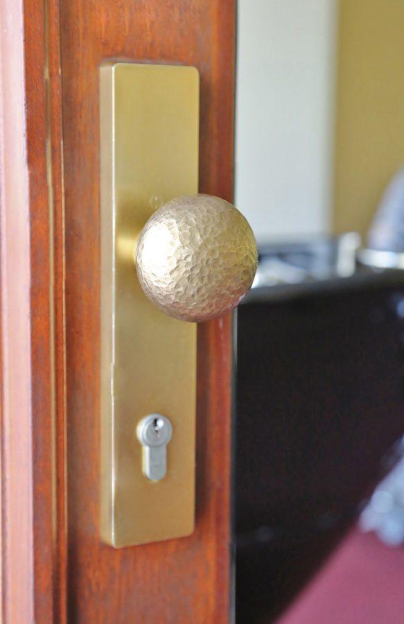 geschmiedeter t rgriff aus bronze. Black Bedroom Furniture Sets. Home Design Ideas