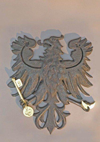 Vergoldungsarbeiten am Wappen des Rathaus in Beelitz