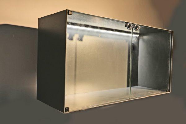 vitrine aus lackiertem stahl mit 2 t ren und mit led s. Black Bedroom Furniture Sets. Home Design Ideas