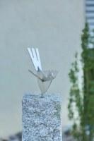 Vögel aus Edelstahl auf einem Granitsockel
