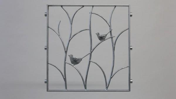 Geschmiedetes Fenstergitter mit zwei gelaserten Vögeln