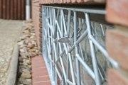 Astreine Vogelgitter mit einer Füllung aus Schmitzstruktur