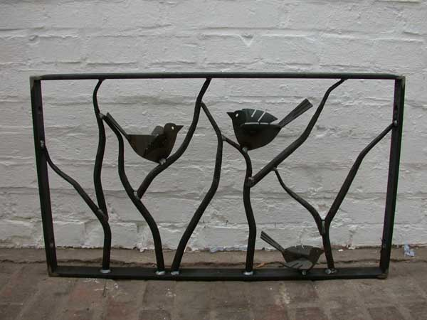Geschmiedete Fenstergitter mit Vögeln