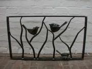 hübsches Fenstergitter mit Vögeln