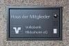 Schild mit Kommunikationsmodul und Kamera für die Volksbank Hildesheim