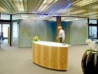 Empfangstresen mit Neonzeichen in der Volksbank e. G. Hildesheim